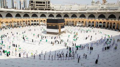 Gläubige umrunden die Kaaba in der Großen Moschee mit Sicherheitsabstand.