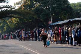 Menschen stehen in Durban vor einem Einkaufszentrum Schlange, um sich mit dem Nötigsten zu versorgen.