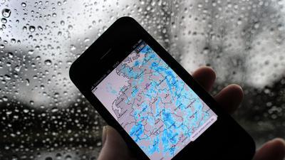 Strenge Vorsichtsmaßnahmen nur weil die Smartpone-App warnt (Symbolbild)? Menschen reagieren ganz unterschiedlich auf Alarme.