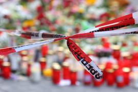 Blumen und Kerzen nahe dem Tatort in der Innenstadt von Würzburg.