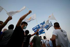 Bewohner der verlassenen Stadt Varosha oder Famagusta halten zypriotische und griechische Fahnen während eines Protestes gegen den türkischen Präsidenten Erdogan.