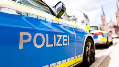 Zwei Einsatzfahrzeuge der Polizei.