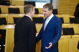 Im März 2020 verweigerte Bodo Ramelow (l) als neu gewählter thüringischer Ministerpräsident Björn Höcke den Handschlag.