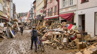 Eine vom Schlamm überflutete Straße in Ahrweiler.