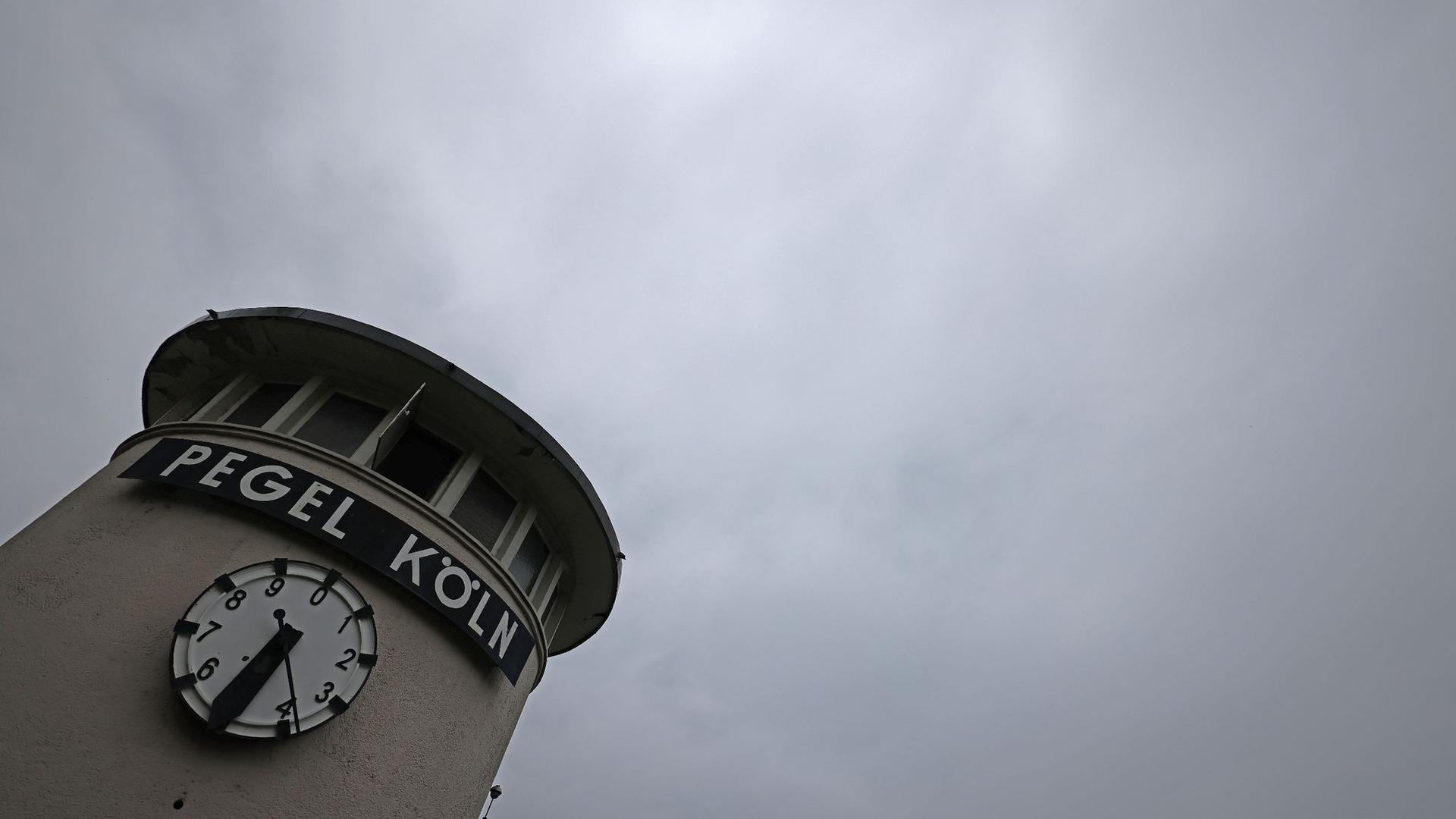 Wolken ziehen über eine Pegeluhr in Köln hinweg. In Nordrhein-Westfalen drohen in den nächsten Tagen Gewitter und Schauer.