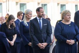 Kronprinzessin Mette-Marit (2.v.l.), Kronprinz Haakon Magnus und die norwegische Ministerpräsidentin Erna Solberg während der Gedenkfeier in Oslo.