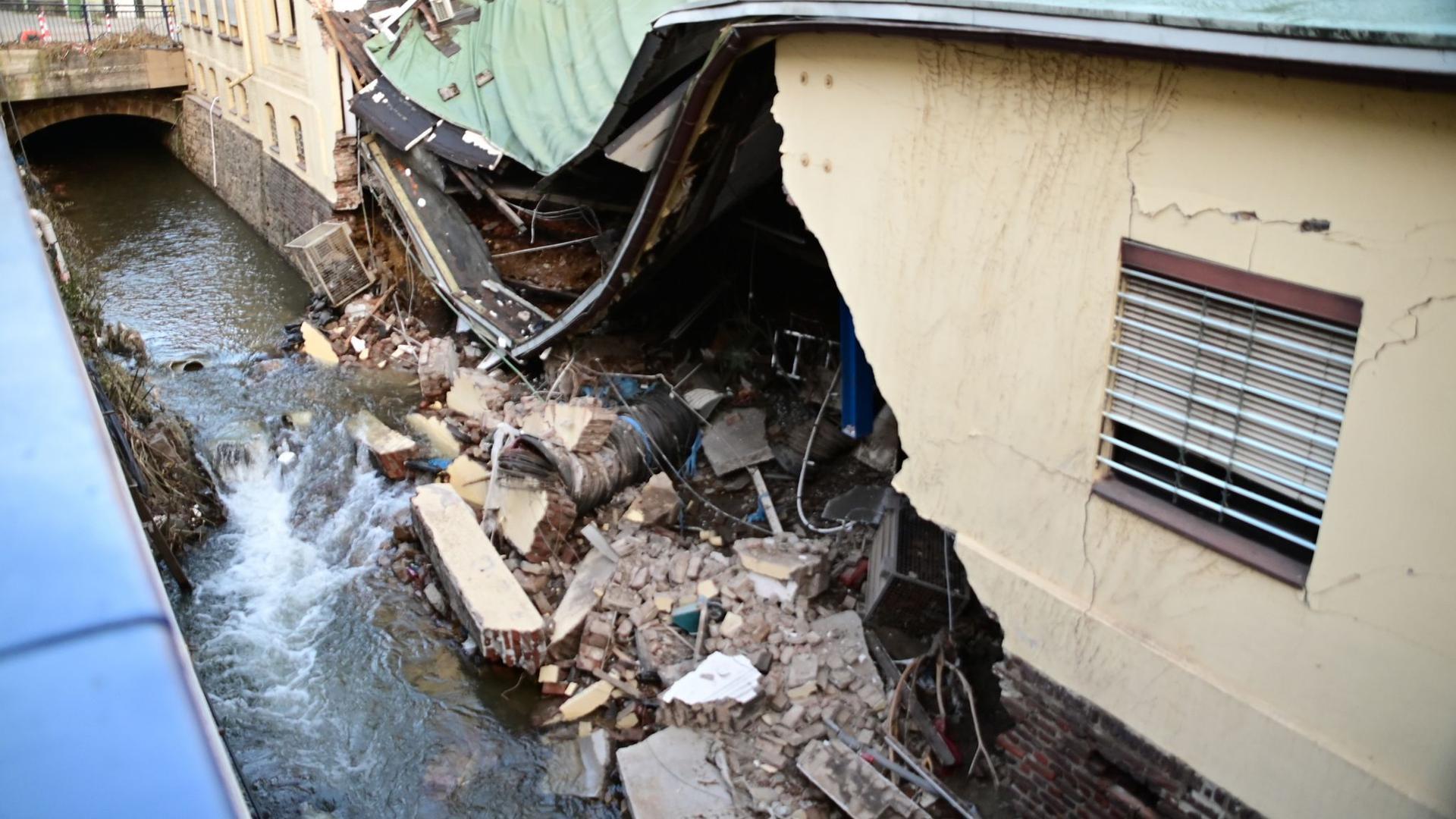 Eine ganze Hausfassade wurde durch die Fluten des Nahmerbach in Hagen herausgespült. Im weiteren Verlauf stürzte das Dach in Teilen ein.