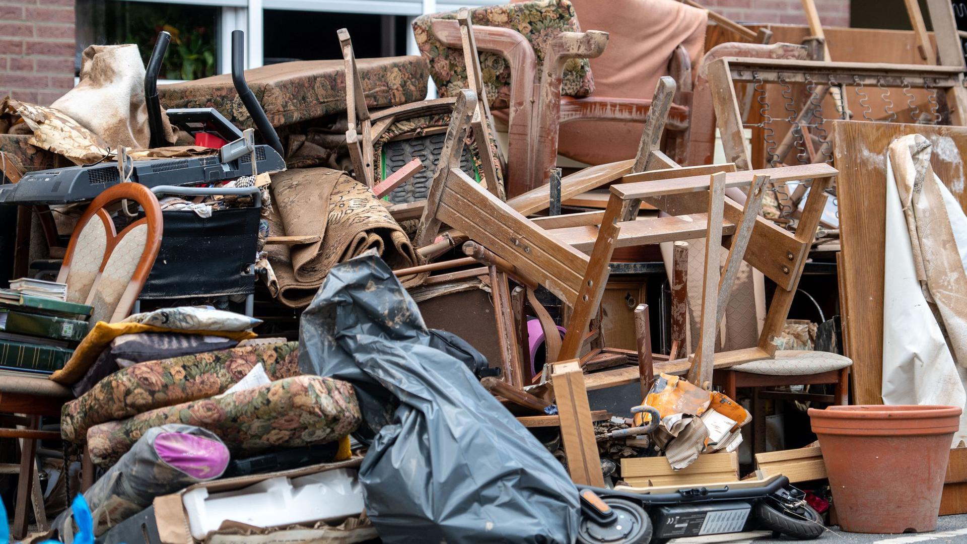 Nicht zu retten:zerstörtes Mobiliar in Erftstadt-Blessem.
