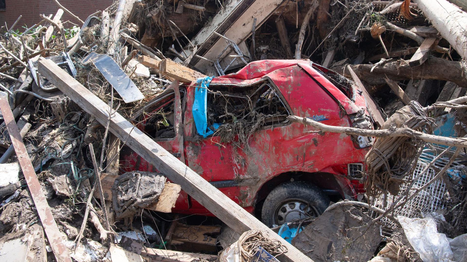 Ein Autowrack inmitten von Ästen und Geröll in Marienthal im Ahrtal.