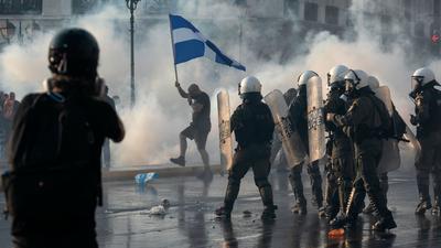 Die griechische Polizei setzt in Athen Tränengas und Wasserwerfer gegen impfkritische Demonstranten ein.