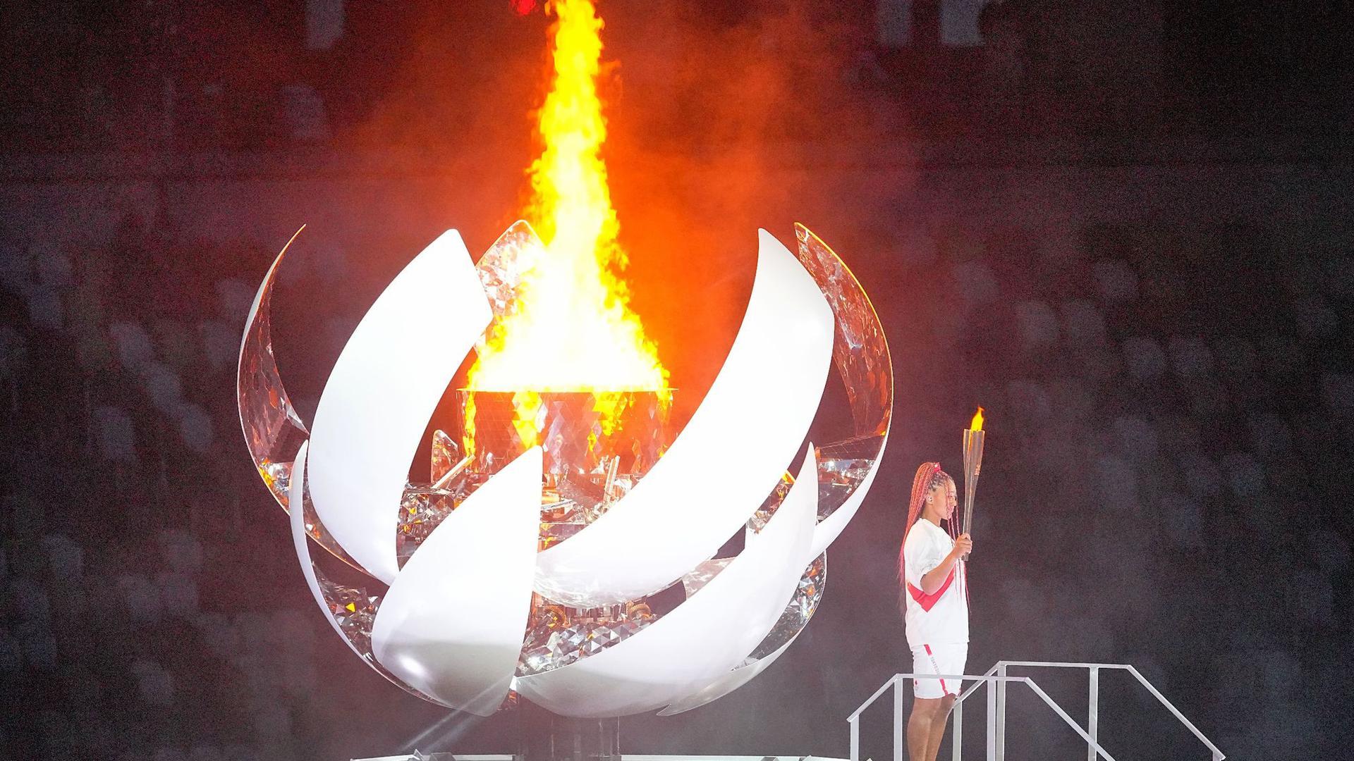 Die olympische Flamme wurde Japans Tennis-Star Naomi Osaka entzündet.