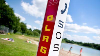Eine Notrufsäule der DLRG steht an einem Badesee im Ortsteil Veenhusen in Niedersachsen.