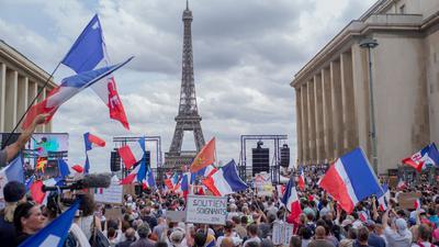 Protest am Trocadero-Platz in Paris gegen die von der Regierung geplanten Corona-Verschärfungen.