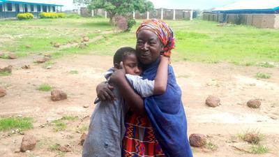 Eine Mutter umarmt ihr freigelassenes Kind im nigerianischen Damishi.