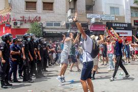 In mehreren tunesischen Städten sind teils gewaltsame Proteste ausgebrochen. Die Demonstranten bringen ihre Wut über die Verschlechterung des Gesundheits-, Wirtschafts- und Sozialsystems des Landes zum Ausdruck.