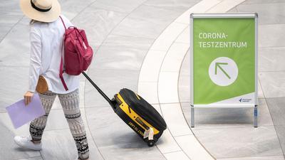 """""""Corona-Testzentrum"""" steht auf einem Schild am Stuttgarter Flughafen."""