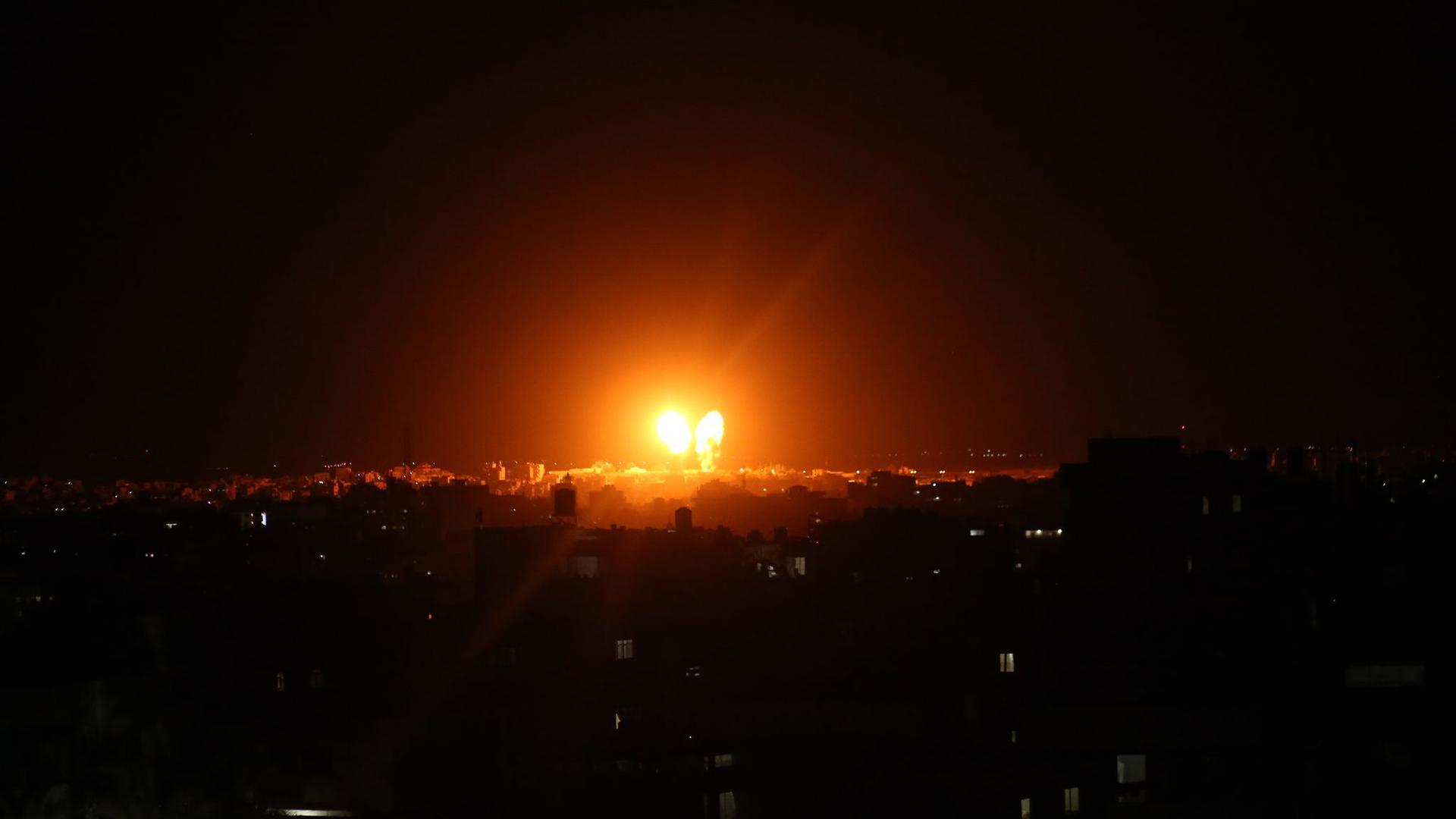 Explosionen erhellen Mitte Juni den Nachthimmel über Gebäuden in Gaza-Stadt, während israelische Streitkräfte den Gazastreifen beschießen (Archivbild).