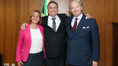 Jair Bolsonaro (M) posiert mit Beatrix von Storch und ihrem Ehemann Sven von Storch für ein Foto.