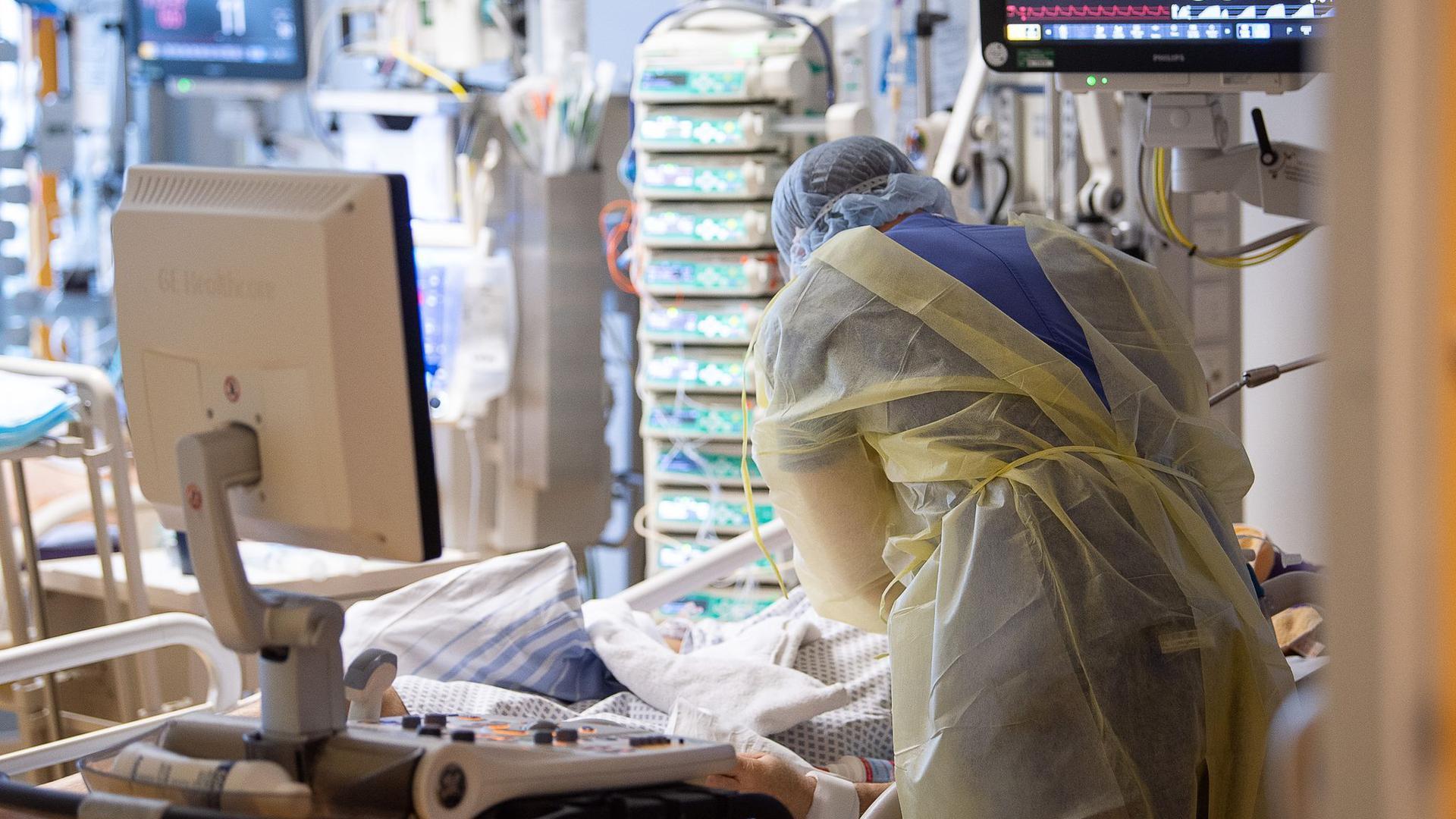 Ein Intensivpfleger betreut auf einer Intensivstation einen Covid-19-Patienten.