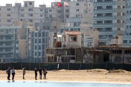 Menschen spazieren am Strand in der verlassenen Küstensiedlung Varosha (Archivbild).