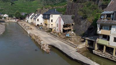Die von der Flutwelle fortgerissene Dorfstraße in Mayschoß. Zahlreiche Häuser in dem Ort wurden komplett zerstört oder stark beschädigt.