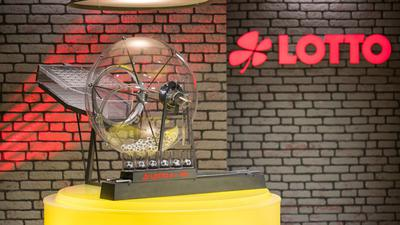 Die Ziehungsmaschine der Lottozahlen 6 aus 49 steht in der neuen Studio-Kulisse.