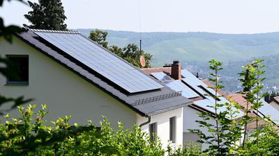 Solaranlagen sind auf Dächern von Wohnhäusern angebracht.