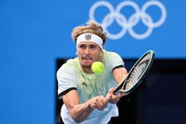 Alexander Zverev setzte sich gegen Novak Djokovic durch und steht im Finale von Tokio.