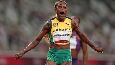 Jamaikas Elaine Thompson-Herah feiert olympisches Gold über 100 Meter.