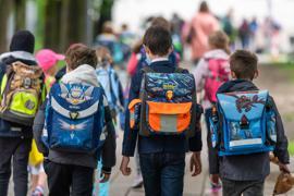 Schulkinder gehen in die Schule.