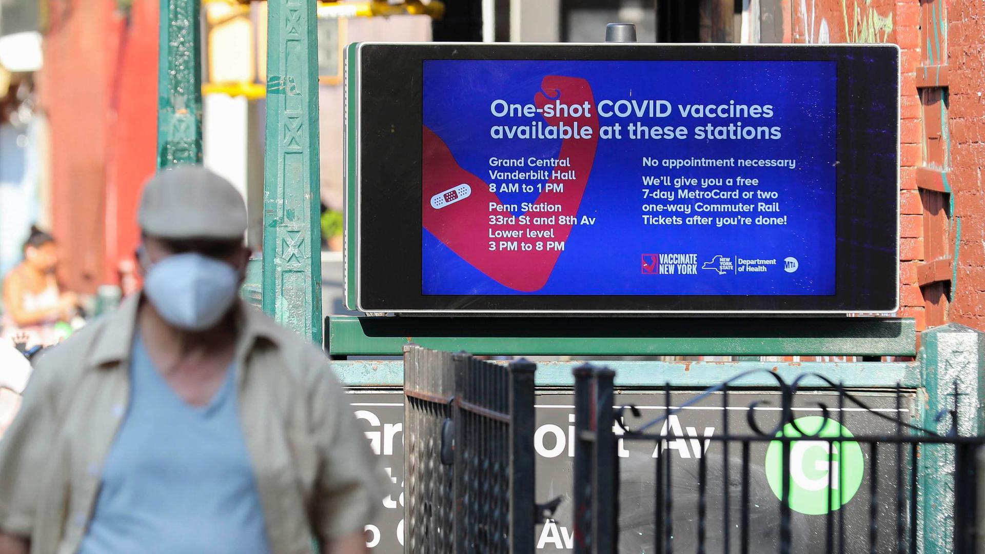 Eine Werbetafel für Corona-Schutzimpfungen an einer New Yorker U-Bahn-Station.