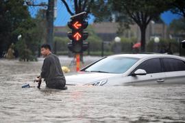 Überflutete Straße in Zhengzhou. Die chinesischen Behörden haben die Zahl der Todesopfer der Überschwemmungen deutlich angehoben.