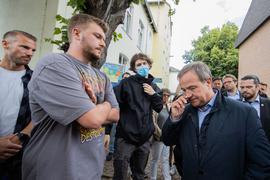 NRW-Ministerpräsident Armin Laschet (r) musste sich in Swisttal vielen kritischen Fragen stellen.