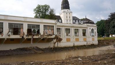 Das beschädigte Kurhaus in Bad Neuenahr-Ahrweiler. Für die Region ist neuer Starkregen vorausgesagt.