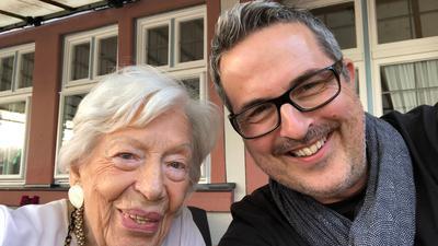 Inge Wolf aus Kronberg im Taunus, geboren am 24.07.1915, neben dem  Fotografen Karsten Thormaehlen, der seit Jahren über Hundertjährige in aller Welt porträtiert.