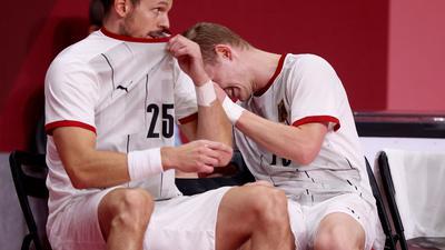 Die deutschen Handballer um Kai Häfner (l) und Timo Kastening sind im Viertelfinale gegen Ägypten ausgeschieden.