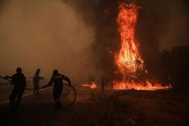 Feuerwehrleute versuchen einen Waldbrande zu löschen. Griechenland wird weiterhin von einer Dauerhitzewelle und Trockenheit heimgesucht, weshalb zahlreiche Waldbrände ausgebrochen sind.