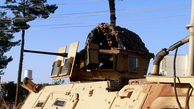 Ein Mitglied der afghanischen Sicherheitskräfte sitzt an einem Geschütz auf einem Fahrzeug während eines Gefechts zwischen Taliban und afghanischen Sicherheitskräften.