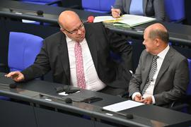 Bundeswirtschaftsminister Peter Altmaier (r) imGespräch mit Bundesfinanzminister Olaf Scholz.
