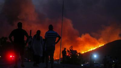 Anwohner beobachten im türkischen Milas die Flammenfront am Horizont.