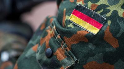 Die deutschen Farben auf dem  Ärmel einer Bundeswehruniform.