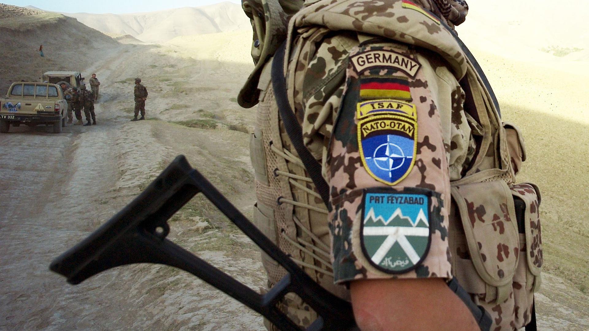 Ein Soldat des deutschen ISAF-Kontingents im Jahr 2008 bei einer Patrouille in der Umgebung von Faisabad in Afghanistan.