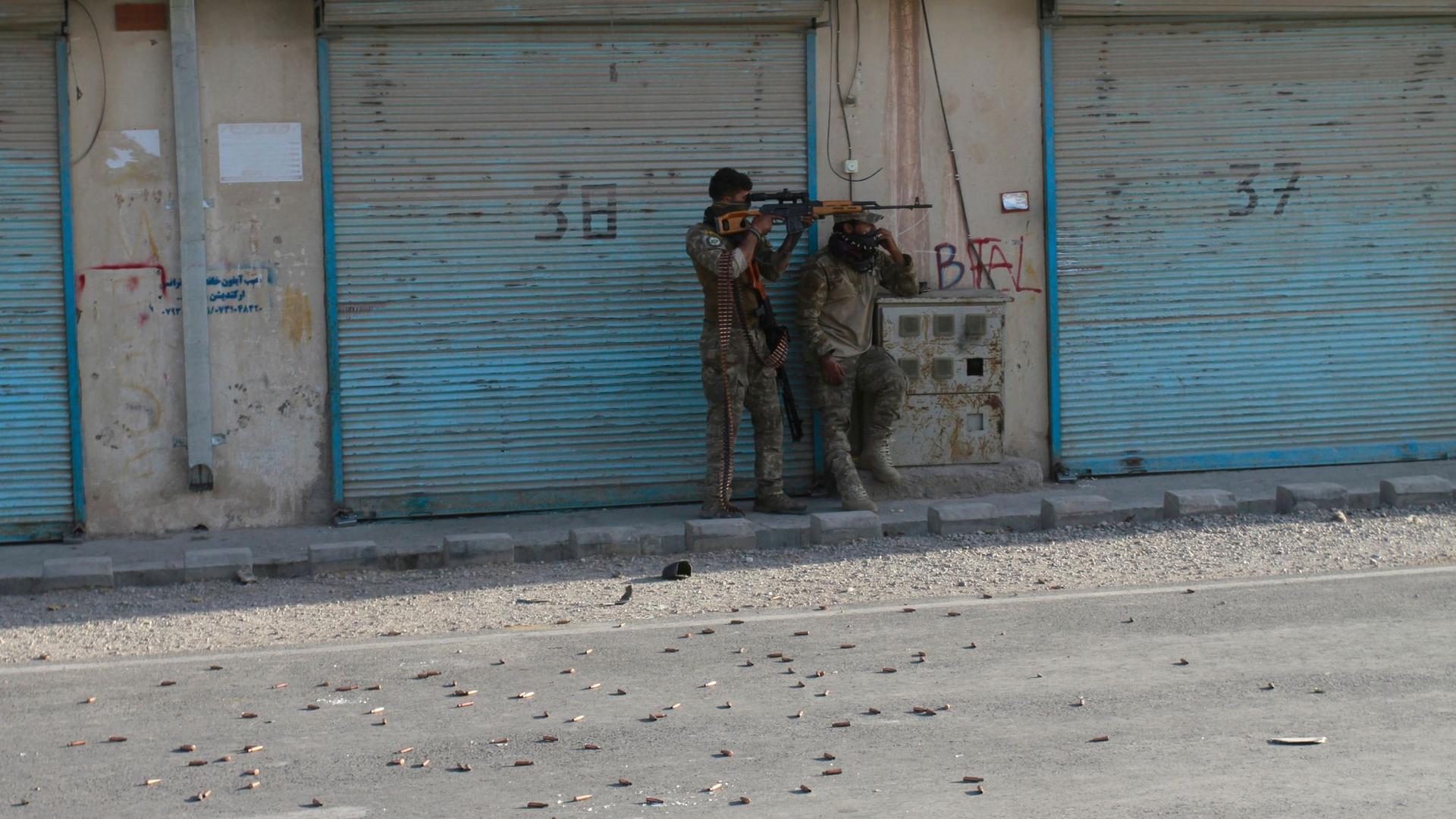 Afghanische Sicherheitskräfte feuern in der Stadt Herat auf Kämpfer der Taliban.