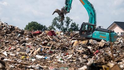 Was von der Flut blieb: Ein Bagger im nordrhein-westfälischen Swisttal auf einem riesigen Müllberg