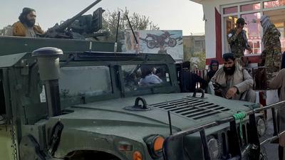 Taliban-Kämpfer halten in der nordafghanischen Stadt Kundus Wache.