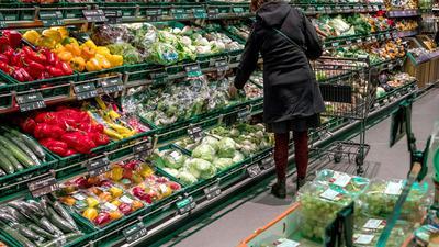 Geht es nach Verbraucherschützern, sollten die Preise für Fleisch und Wurst hochgehen - und die für Obst und Gemüse sinken.
