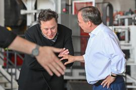 """Tesla-Chef Elon Musk (l) und der CDU-Bundesvorsitzende Armin Laschet besichtigen zusammen die künftige Gießerei der Tesla-""""Gigafactory""""."""