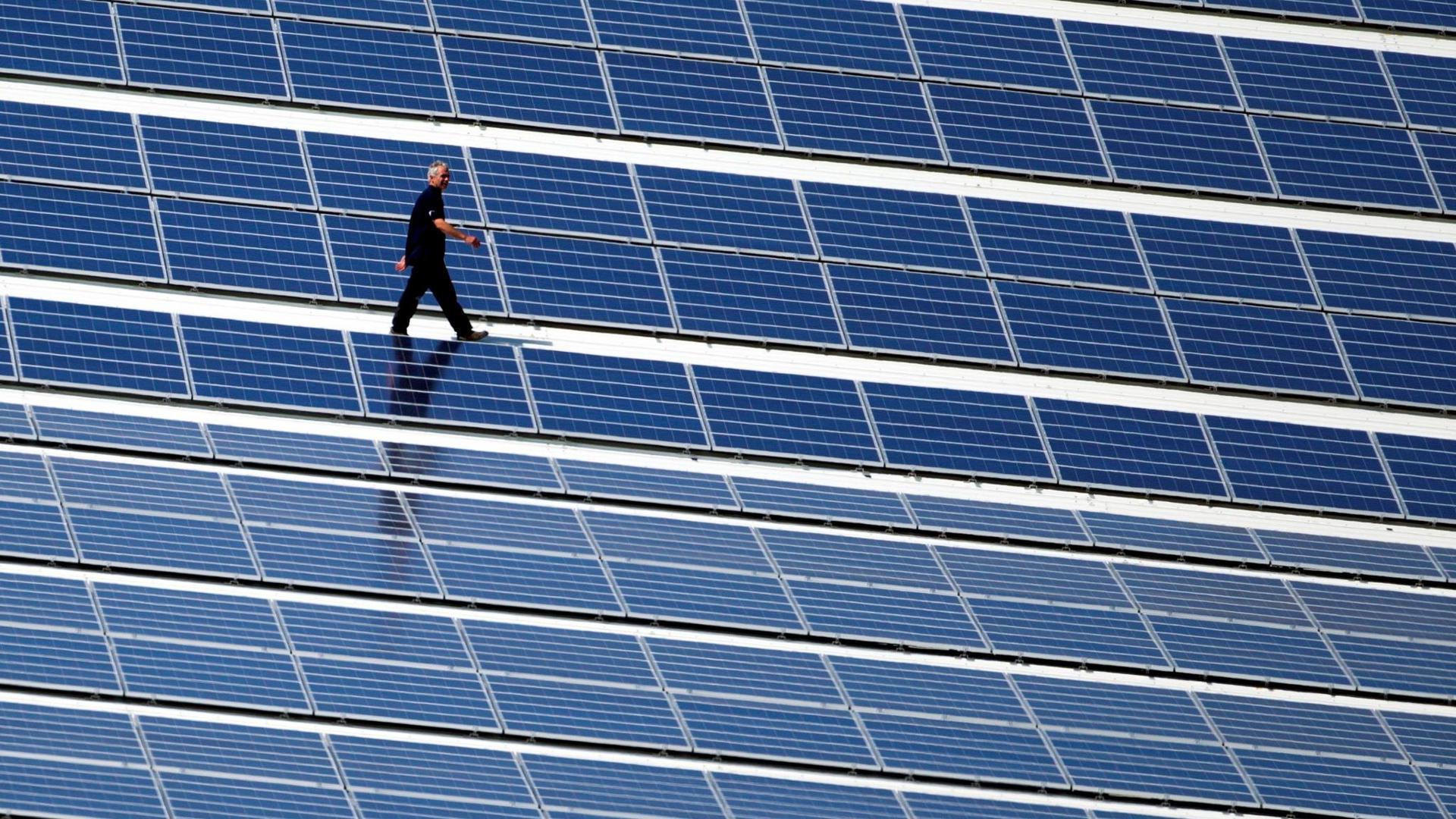 Neben Verwaltungsgebäuden könnten auch Kitas, Sportstätten oder der kommunale Wohnungsbestand mit Solardächern ausgestattet werden, schlägt der Deutsche Städte- und Gemeindebund vor.