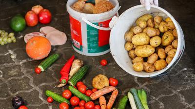 Der Handel sortiert Berechnungen zufolge jährlich rund 500.000 Tonnen Lebensmittel als Abfall aus.