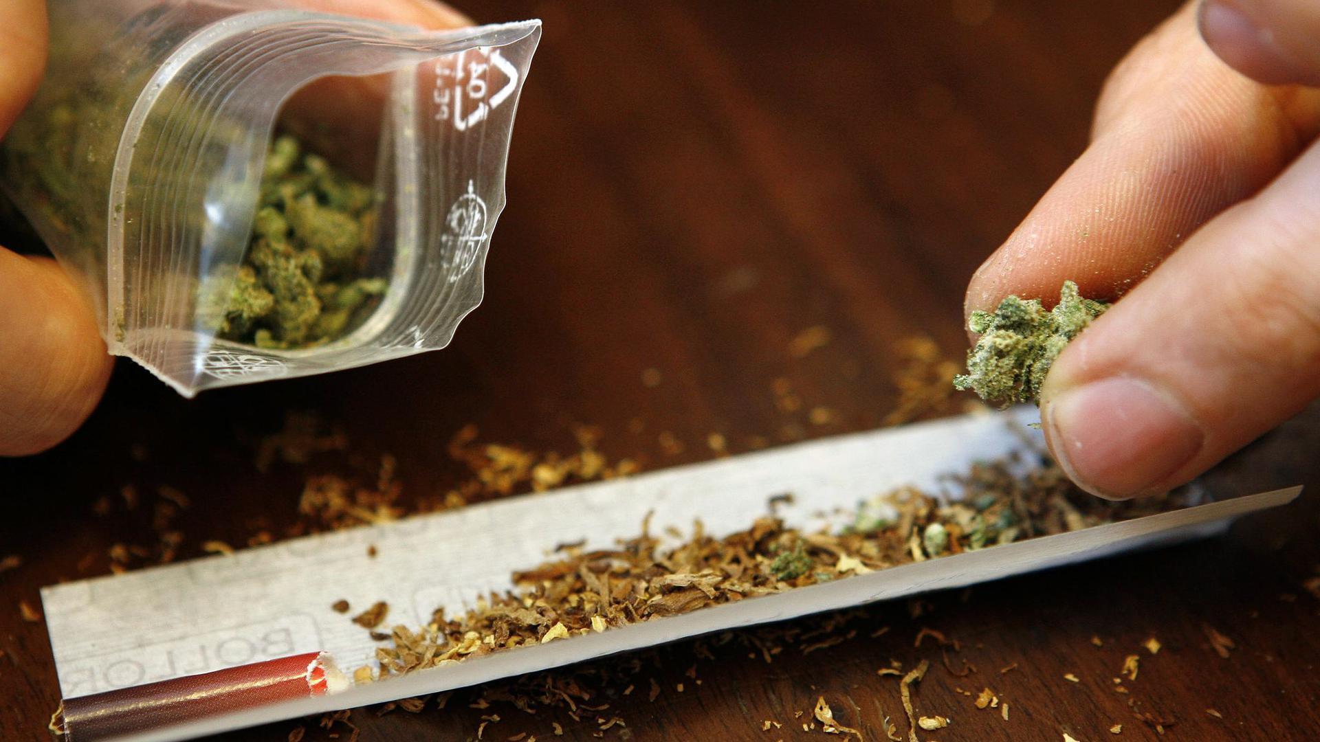 Grünen-Kanzlerkandidatin Baerbock ist für eine kontrollierte Freigabe von Cannabis.